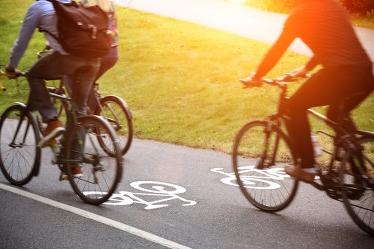 Cyklister på cykelbana