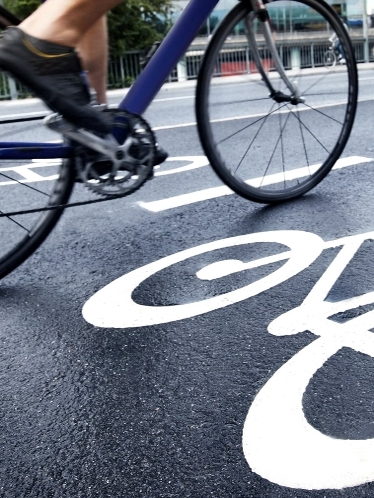 Cyklist på cykelbana