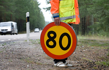 Man med 80-skylt i handen. Foto: Ulf Palm
