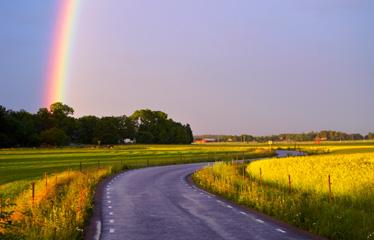 Väg med regnbåge vid horisonten. Foto: Johan Alp.