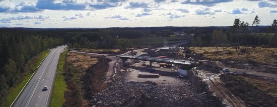 Byggnation av motorväg parallellt med befintlig väg.