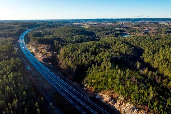 Drönarfoto på nya E20, omgiven av skog. Foto: Kasper Dudzik