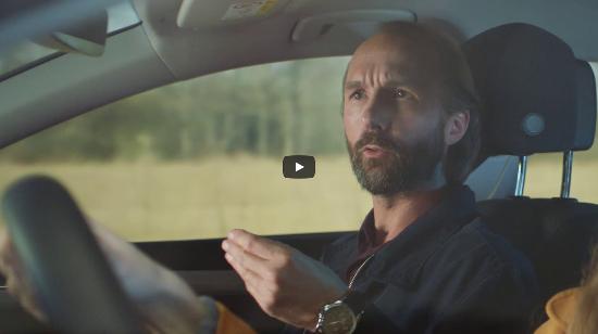 """Stillbild med gestikulerande passagerare ur filmen """"Är det verkligen säkert"""""""