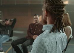 Fyra unga personer som sitter och pratar med varandra. Foto: Tima Miroshnichenko