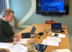 Eva Jacobsson Börjesson, projektledare på MUCF deltar i ett digitalt möte med NOD. Hon sitter vid ett konferensbord med sin dator.