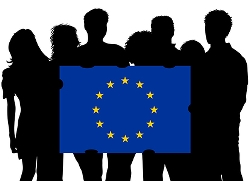 Bild på en grupp ungdomar i silutt och som håller EU-flaggan framför sig. Foto MRRphotography