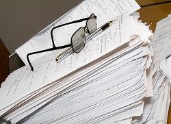 Glasögon och penna på en stor pappershög.Photo: Nagy-bagoly Arpad