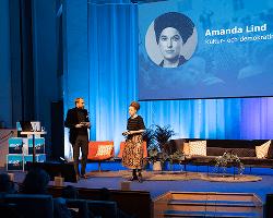 Bild från MUCF:s rikskonferens 2019 med Linus Wellander som var moderator och kultur- och demokratiminister Amanda Lind på scenen. Foto: Mats Petersson