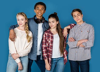 Bild på fyra ungdomar som går i grupp på en gata.Foto: LightField