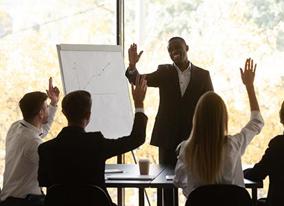 Bild på en grupp personer i ett möte där ungdomar deltar. Foto: Aleksandr Davydov