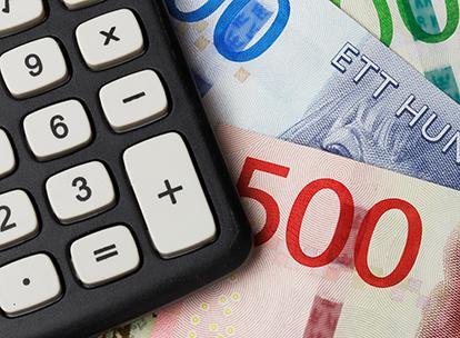 Bild på sedlar och del av miniräknare. Foto Roland Magnusson