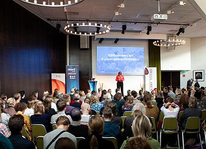 Generaldirektör Lena Nyberg öppningstalar inför stor publik på Kunskapskonferensen 2019. Foto:Mats Petersson, MUCF