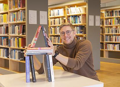 """Bild på Joel Martinsson, Linnéuniversitetet, som driver podden """"Demokratibyggarna""""."""