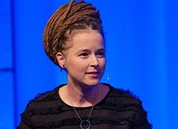 Amanda Lind på konferensens scen 2019. Foto: Mats Petersson
