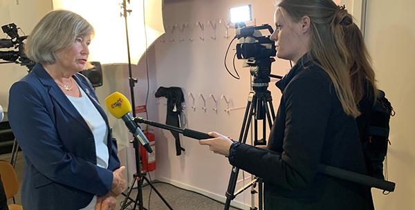 Generaldirektör Lena Nyberg intervjuas av Expressens