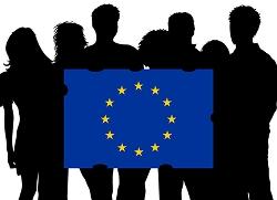 Bild på en grupp ungdomar isiluett som håller EU-flaggan. Foto Michael Erhardsson