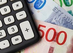 Bild på miniräknare och svenska sedlar. Foto Roland Magnusson