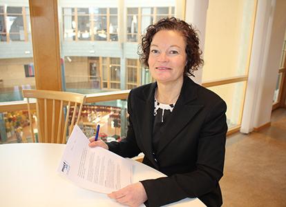 Ulrika Granfors, förvaltningschef i Kungsbacka kommun, skriver under avtalet med MUCF. Foto: Kristina Axelsson.