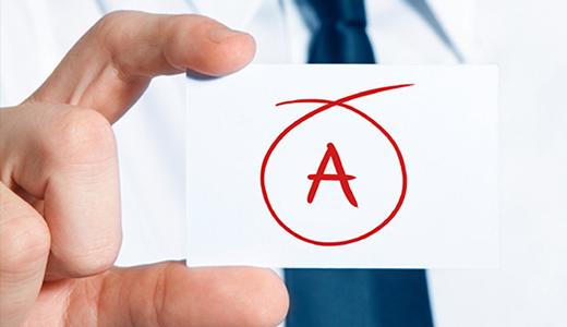 Hand som håller i en lapp med bokstaven A