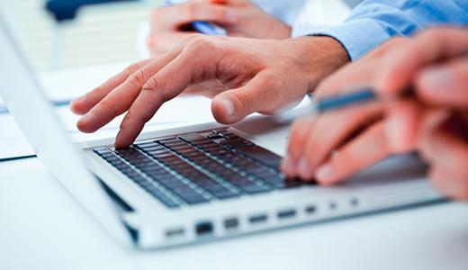 Temabild personer arbetar vid en dator.