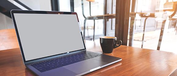 Temabild med bärbar dator och kaffekopp.