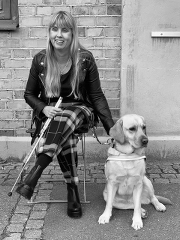 Bild på Anna Bergholtz med sin ledarhund