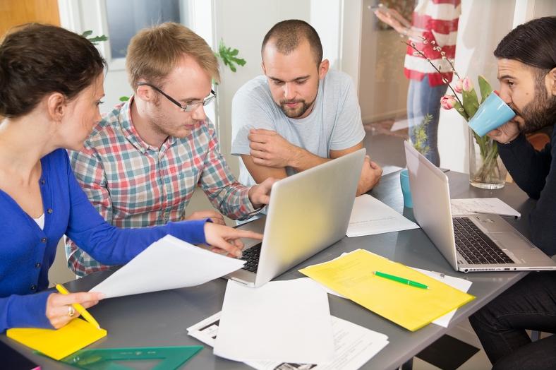 Människor runt en dator