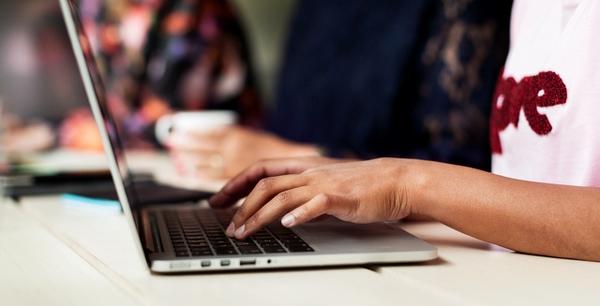 En person använder en dator för ärenden