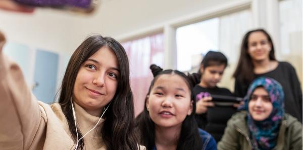 Ungdomar tar en selfie