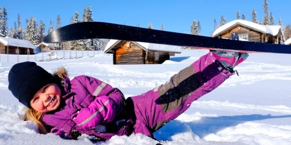Barn med skidor