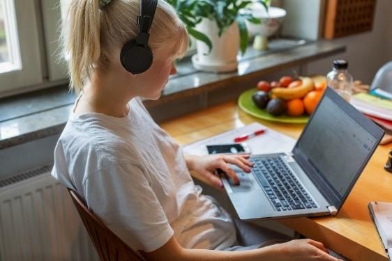 Tjej som sitter framför en dator