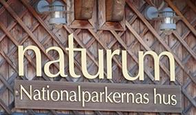 """Skylt """"naturum"""" Nationalparkernas hus på träfasad. Foto: PetraMy Börjesson."""