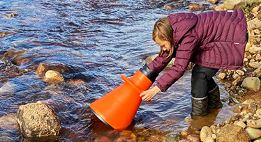 Barn vid vattendrag. Foto: Charlotte Malmgren.