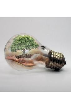 Surrealistiskt bild av ett träd i en handflata inuti en glödlampa